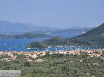 Uitzicht op Nidri (Nydri) en de eilanden Skorpios en Meganissi foto 2 - Lefkas (Lefkada) - Foto van De Griekse Gids